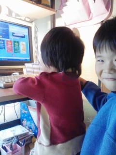 パソコンに向かう二人